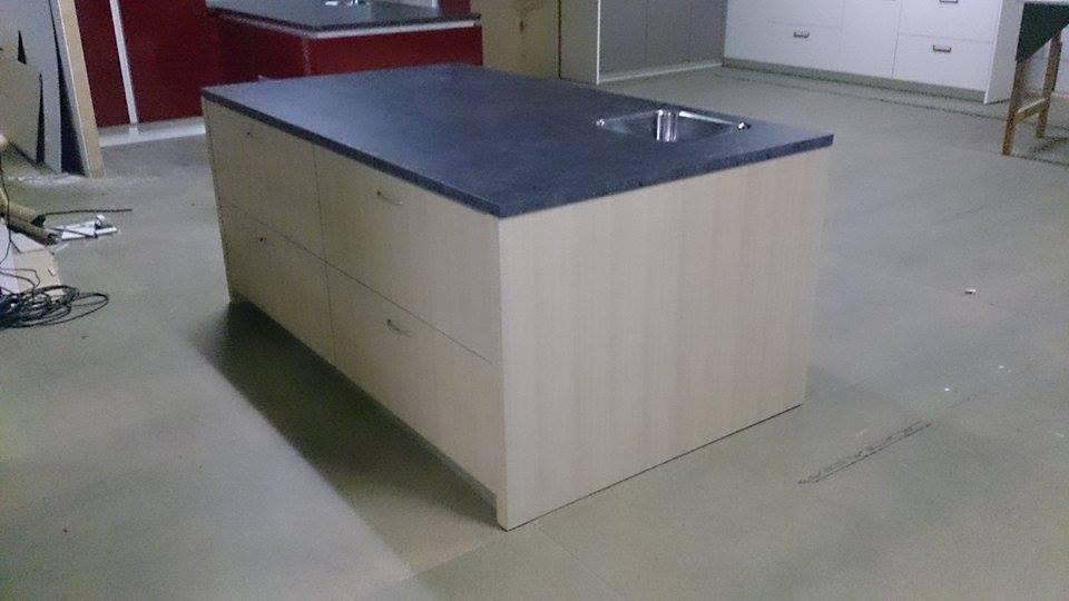 Kastenwand Keuken Showroom : Keuken Emmeloord Outlet keuken: Eilandkeuken met kastenwand (2.30